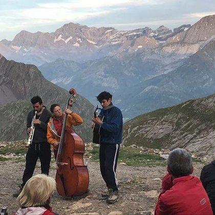 Premier concert en haute-montagne! Au fond, le cirque de Gavarnie...