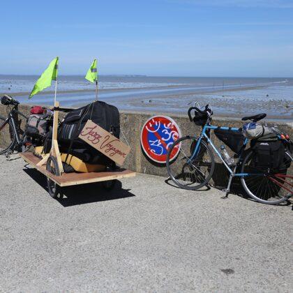 Nos vélos se prélassent devant le port du Bec
